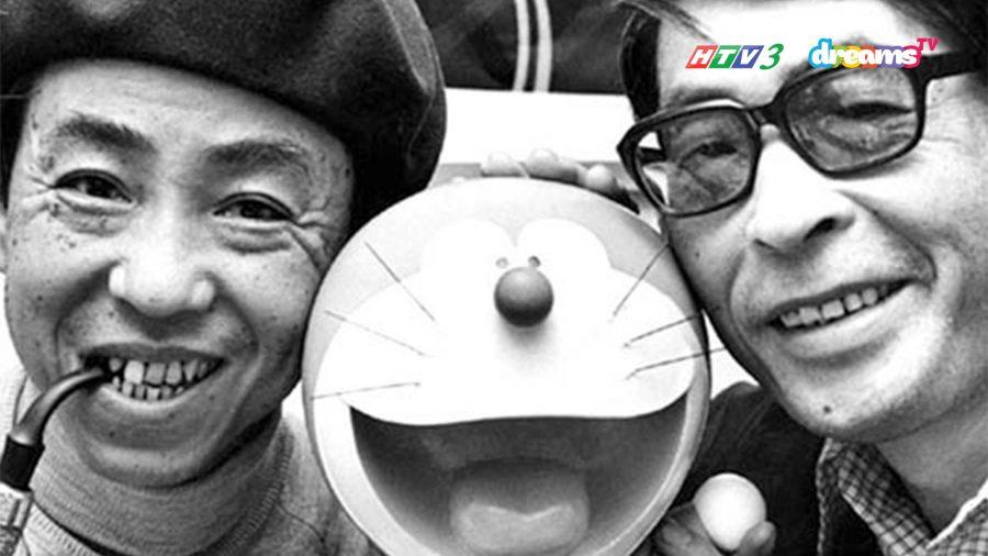 Fujimoto Hiroshi (bên trái) và Abiko Motoo (bên phải) chụp cùng Doraemon